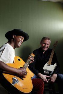 Bild: Eric Bibb & 33 Strings - with Staffan Astner - guitar & Solo Cissokho - Kora und Djembe
