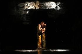 Bild: Der Kuss - Ballett nach dem gleichnamigen Gem�lde von Gustav Klimt