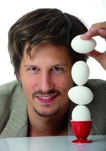 Bild: KEN BARDOWICK - Mann mit Eiern