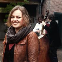 Bild: Songs und Chansons im Schl�sschen - Schneewittchen und die Feelosophie. Konzert mit Anna Piechotta und Fee Badenius & Band